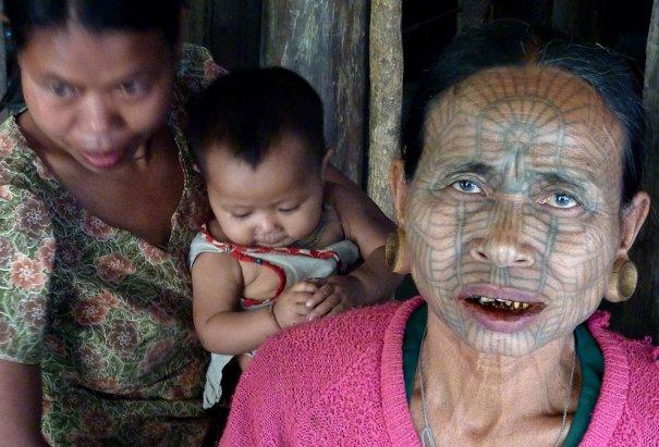 Женщина , проживающая в одном и з поселений в Мьянме