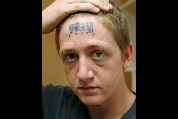 """Стэтсон Джонсон, 18 лет,сделал себе штрих-код с """"счастливыми"""" цифрами, фото: Sue Ogrocki"""