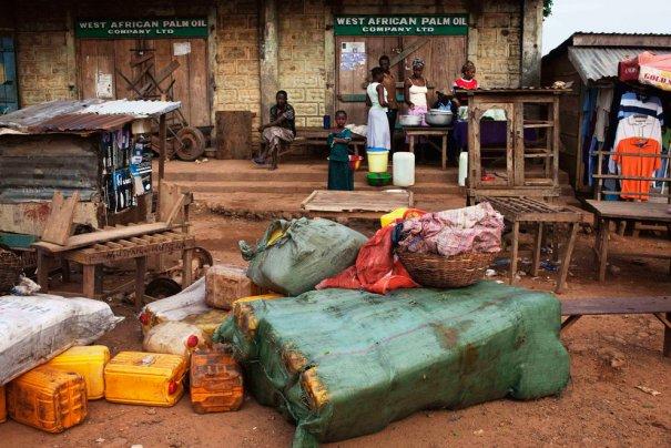 Разбросанные фляги с пальмовым маслом, Каилахун, Сьерра-Леоне, фото: Finbarr O'Reilly