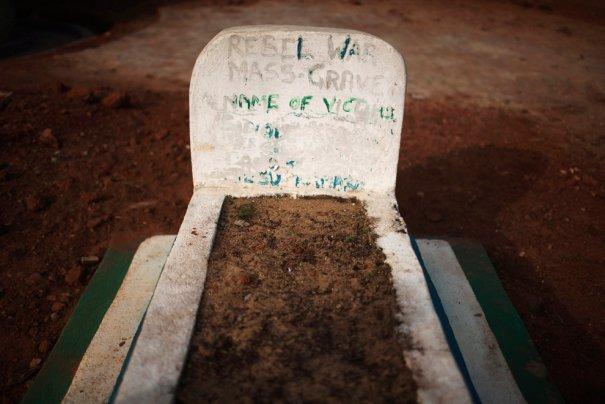 Братская могила, деревня Бомару, фото: Finbarr O'Reilly