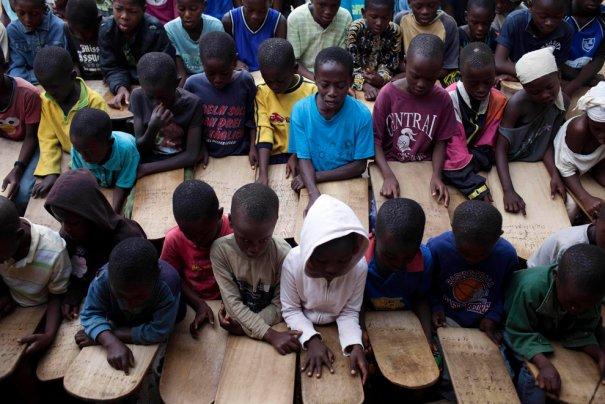 Дети учат Коран по деревянным табличкам, фото: Finbarr O'Reilly