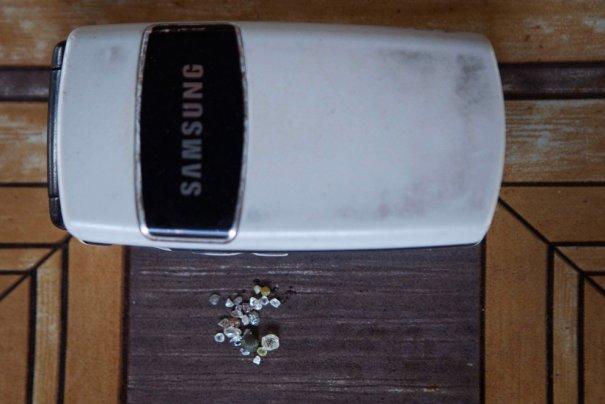 Во время гражданской войны алмазы прятали, где могли, например, в сотовых телефонах, фото: Finbarr O'Reilly