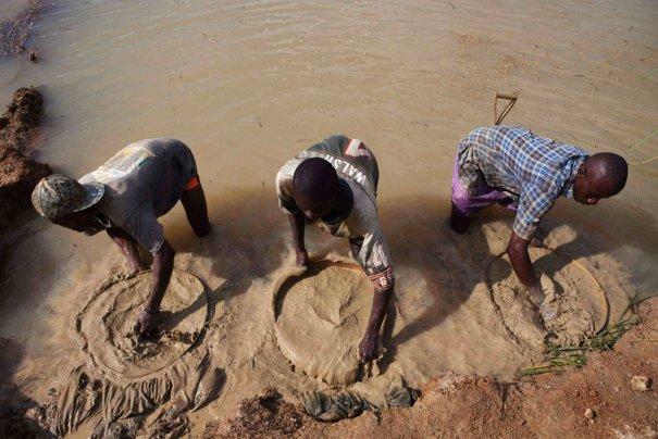 Промывание почвы: так и обнаруживают драгоценные камни, фото: Finbarr O'Reilly