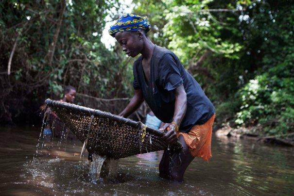 Такими сетками вылавливают рыбу местное население, фото: Finbarr O'Reilly