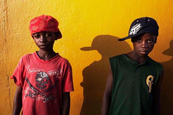 Комба Нианку, 12 лет - хочет стать адвокатом, Абула Марра, 12 лет, хочет стать пилотом, фото: Finbarr O'Reilly