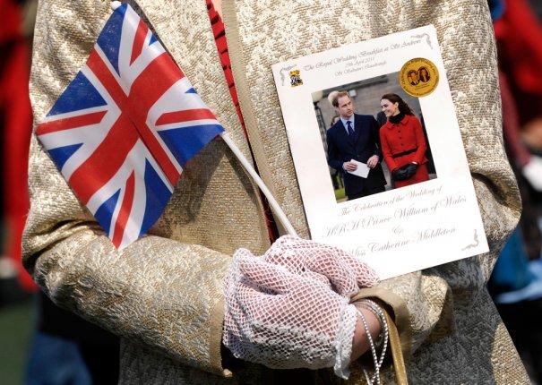 Приглашение на свадьбу в руках королевы, фото: Andy Buchanan