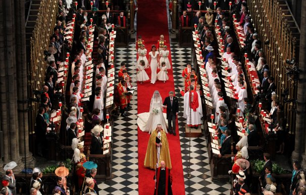 Отец ведет невесту к алтарю, фото: Andrew Milligan/