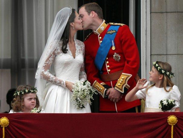 В 12 часов 25 минут молодожены появились на балконе. Первый поцелуй был совсем непродолжительным.