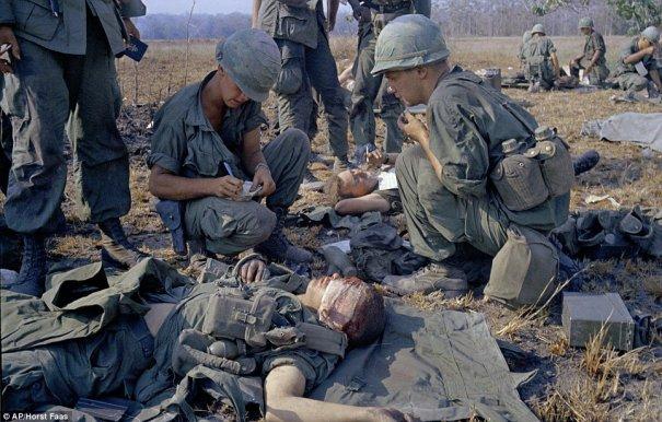 Американские солдаты oсматриваются санитаром на поле боя
