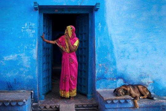 Девушка у входа в свой дом