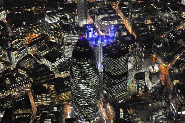 Ночная панорама Лондона, над башнями Swiss Re и Lloyds Building.