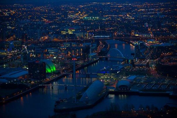 Ночной вид реки Клайд и центрального Глазго.
