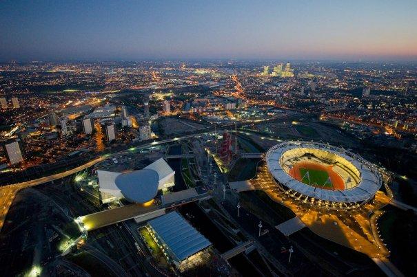 Вид на Олимпийский парк  в Лондоне, включая Лондонский водный центр (слева в центре), Арену для водного поло (снизу в центре) и Олимпийский стадион (справа).