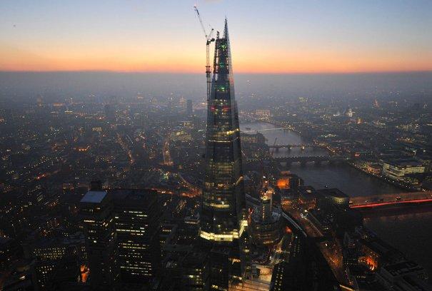 Небоскреб Shard, самое высокое здание в Европе, с собором Св. Павла и колесом обозрения London Eye на фоне.