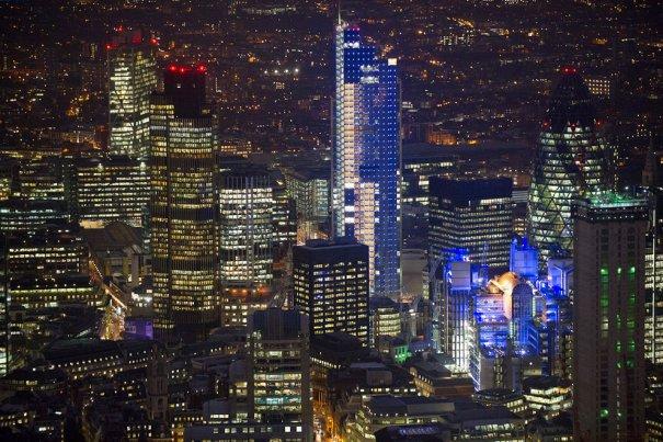 Город Лондон, синие огни здания Heron Tower.