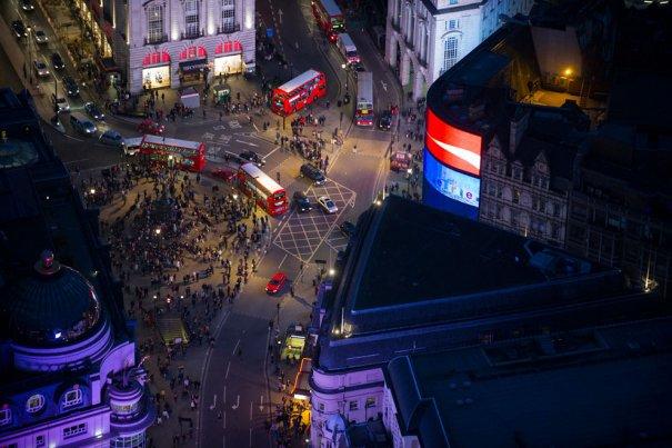 Толпа пешеходов и автобусы около цирка Пикадилли, Лондон.