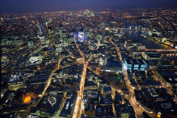 Город Лондон, Тауэрский мост (наверху справа) и река Темза.