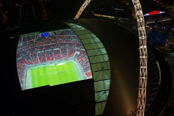 Ночная игра на стадионе Уэмбли.