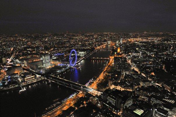 Над станцией Чаринг Кросс, с видом на Саут-Банк и колесом обозрения London Eye.