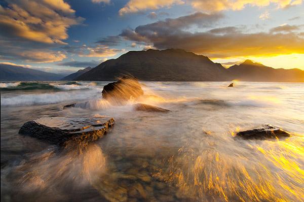 Летний шторм, Квинтаун, Новая Зеландия. Это является примером динамического пейзажа. Чтобы увеличить количество динамичных элементов на изображении, была снята серия фотографий с одинаковой композицией, из них 5 лучших были наложены друг на друга, чтобы п