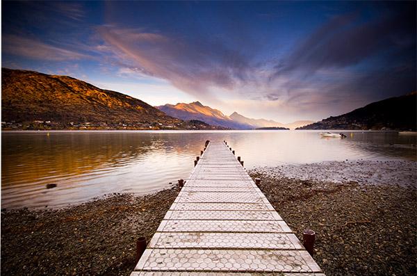 Пирс в Квинстауне, Новая Зеландия. Снимайте стандартные объекты, такие как пирсы и дороги, до тех пор пока вы не сможете на них смотреть. Съемки очевидных линий помогут вам видеть более мягкие линии природы.