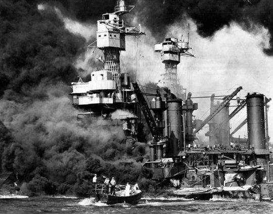 Лодка с выжившими с крейсера USS Вирджиния