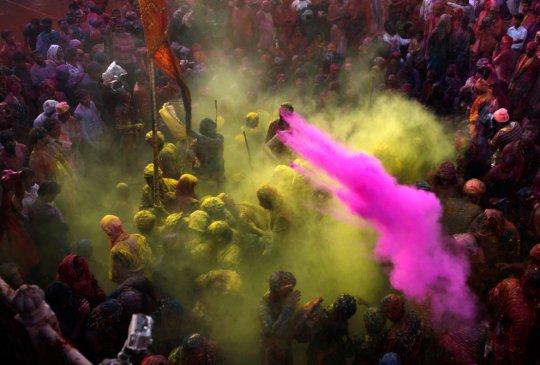 Разноцветная толпа (фото:Adnan Abidi)