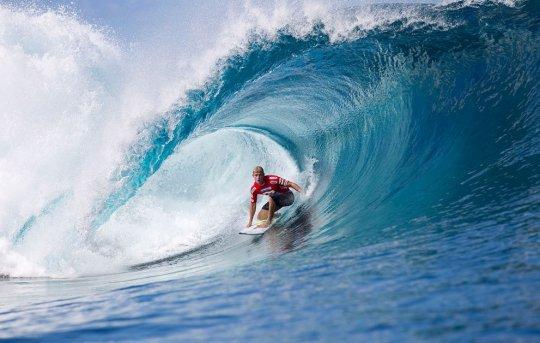 Серфингист Мик Фэннинг на волне, о.Таити