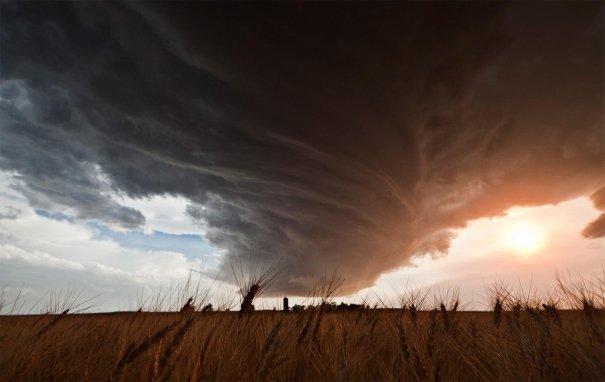Массивный шторм – закрученные облака на полями на западе Небраски, 22 июня 2012. (© Camille Seaman)