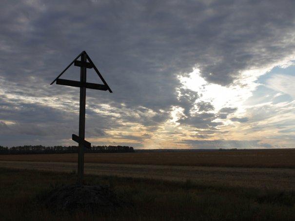 Поклонный крест перед селом.