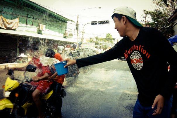 особо рьяные поливатели выстраиваются вдоль дорог с ведрами и шлангами