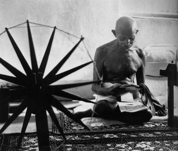 Махатма Ганди (Makhatma Ghandi) рядом со своей прялкой, 1946