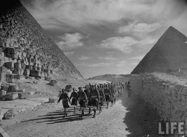 Англо-индийское подразделение осуществляет противоитальянские оборонные мероприятия в Египете, 1940