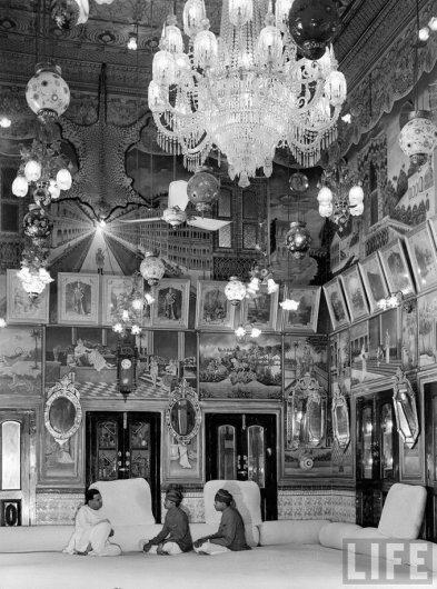 Богатейший ростовщик Индии Bhanwar Rampuria отдыхает в собственном доме с братьями