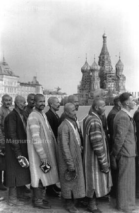 СССР, Москва, Красная площадь. 1954. Люди стоят в очереди в Мавзолей Ленина. © Henri Cartier-Bresson