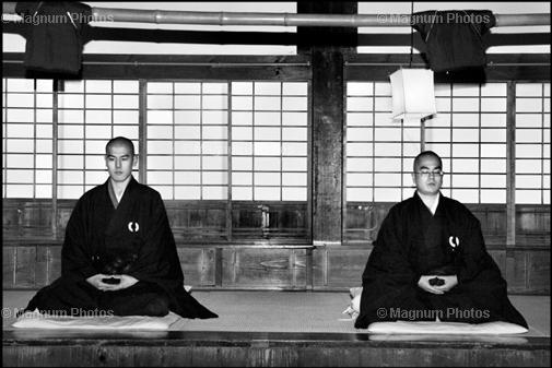 Япония. Буддистский храм. Медитация на рассвете.