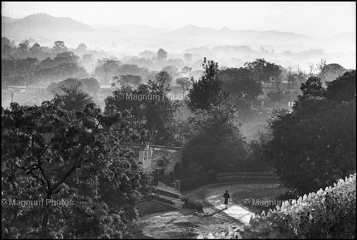 Второго шанса сделать этот кадр не было, фотограф точно знал, какой должен быть результат. Индия. 1966. Henri Cartier-Bresson