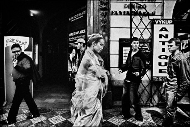 """""""Во время съемки в Праге, невеста ловила на себе взгляды нескольких мужчин, как это видно на фото"""""""