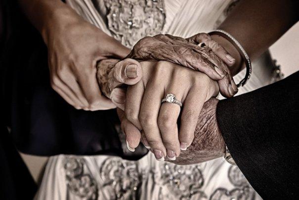 """""""Замечательная бабушка невесты прошептала ей пожелания, их руки сказали больше, чем их лица"""""""