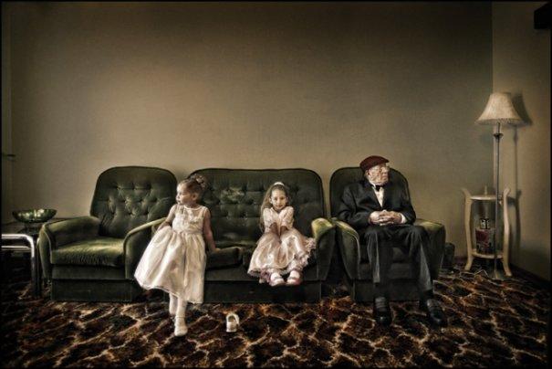"""""""Они были оживленными, бегали вокруг, теряли свою обувь"""", - говорил Анкора о девочках, ждущих с отцом невесты портретной фотосессии."""