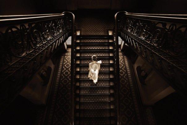 """""""Несмотря на то, что людей не было рядом, этот момент единения проявил себя перед тем, как подружки последовали за ней вверх по лестнице"""""""