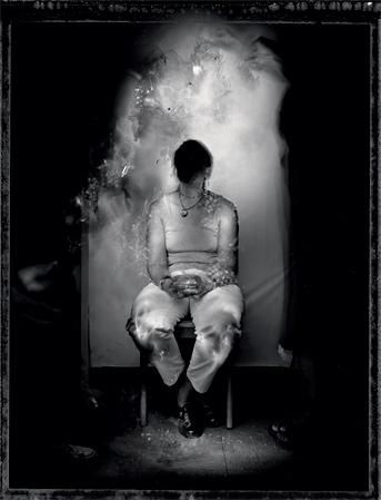 На этой фотографии своей старой подруги Бен Пейдж изобразил ее лицо, которого он никогда не видел, в виде темного пятна.