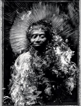Марион превратилась в богиню обыденных предметов с помощью метлы, фольги и искусственных цветов