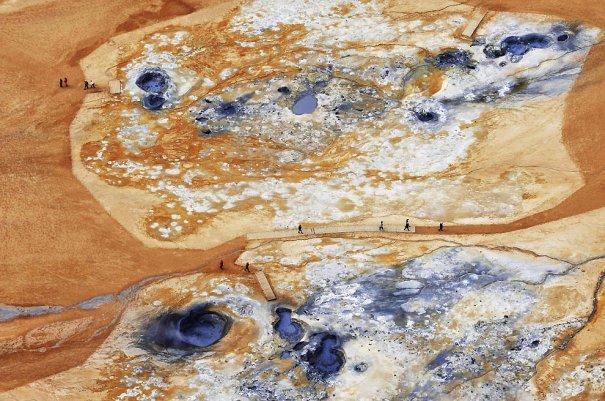 """2. Наумафьятль, Исландия, - место высокой температурной активности. Эти фотографии как будто с другой планеты. (Sandro Santioli, Solent News & Photo Agency) - """"птичий полет"""""""