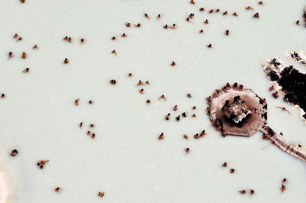 """8. «Одно из моих любимых фото – Голубая Лагуна, - говорит Сандро. – Это лагуна с горячими источниками в окружении лавы, куда часть приезжают люди. С высоты выглядит просто шикарно». (Sandro Santioli, Solent News & Photo Agency) - """"птичий полет&qu"""