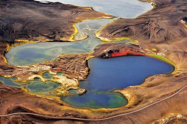 """9. За время реализации этого проекта итальянский фотограф провел в полете 70 часов. Красочные озера в Исландии. (Sandro Santioli, Solent News & Photo Agency) - """"птичий полет"""""""