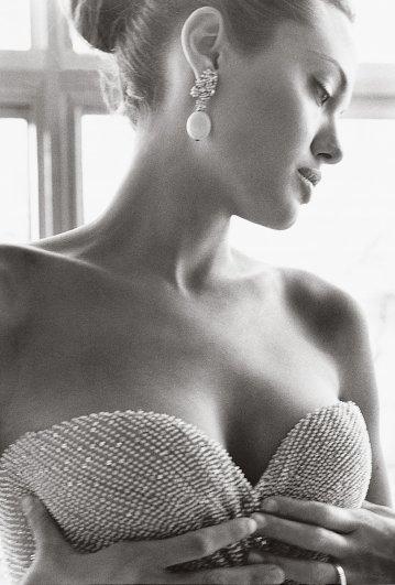 Angelina Jolie - Vogue US March 2004 02