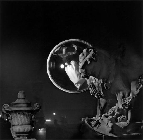 .. Давным-давно, на земле которая называется Париж, одна красавица оказалась в ловушке в шаре. И была она обречена вечно летать вокруг мощеных улиц...