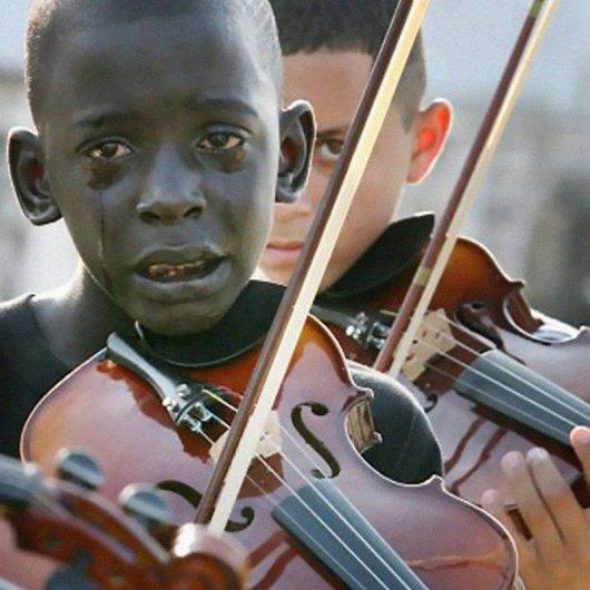Мальчик играет на скрипке на похоронах своего учителя - Эмоции людей