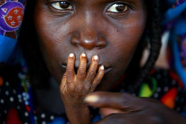 Уставшая мать и ребенок в отделении продовольственной помощи, Нигер - Эмоции людей